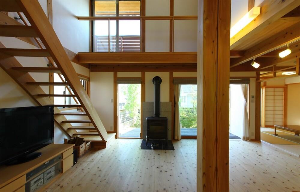 美しい瓦屋根と漆喰と柱や梁が現しの現代和風の木の家(茨木市)