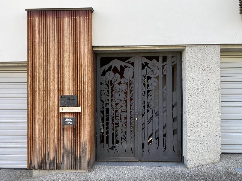日本の山の木のことを想い、現した私の家の玄関門扉!